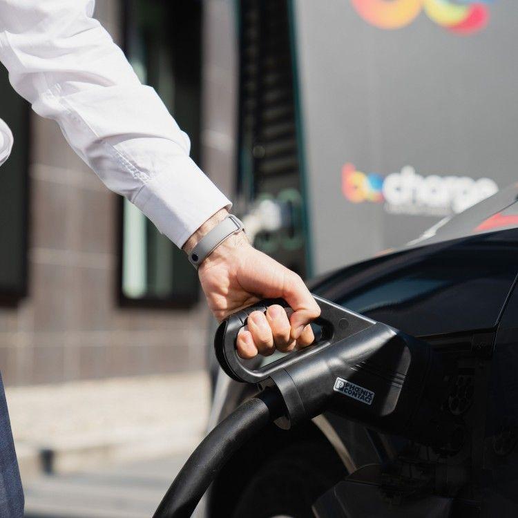 Aspetti qualcuno in aeroporto? Approfittane per ricaricare la tua auto elettrica!